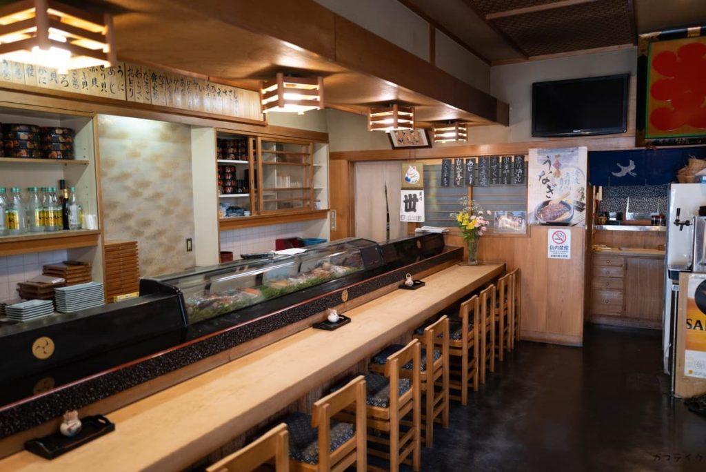 カウンターで大将が寿司を握ります